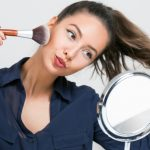 femme se maquillant devant un miroir